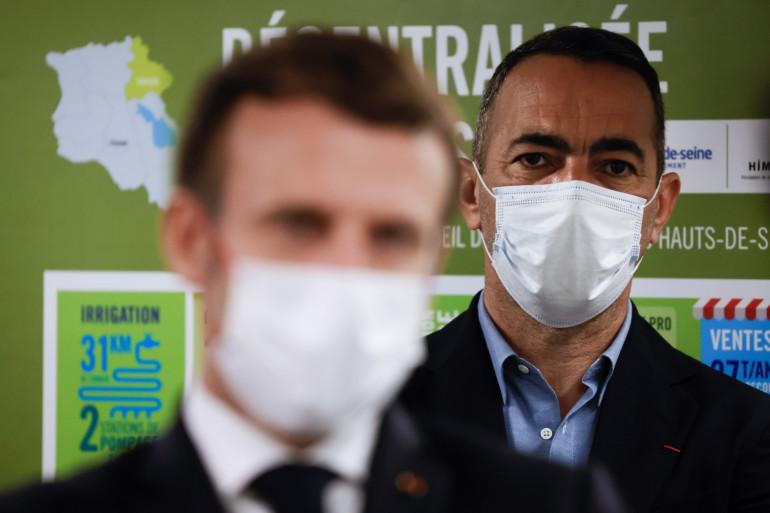 Youri Djorkaeff, derrière Emmanuel Macron, à l'occasion du Phonéton 2020