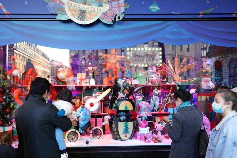 """Une vitrine de Noël affichée au grand magasin Galeries Lafayette le 28 novembre 2020 à Paris après que le gouvernement français a autorisé la réouverture de tous les magasins """"non-essentiels""""."""