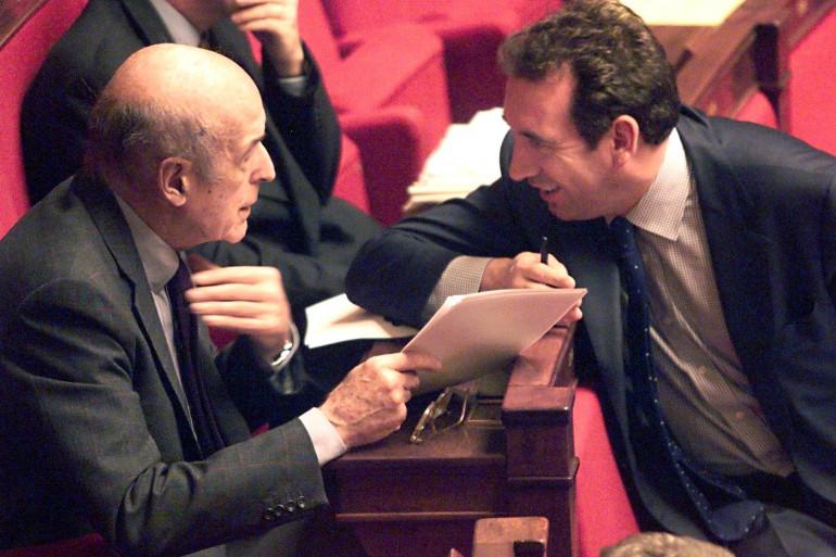 Valéry Giscard d'Estaing (gauche) et François Bayrou (droite) sur les bancs de l'Assemblée nationale en 1999.