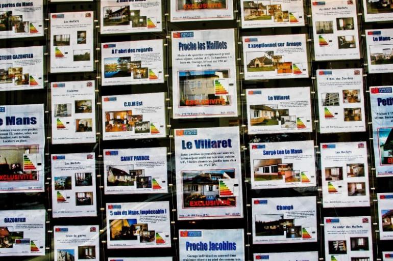 Des annonces dans une agence immobilière