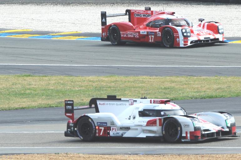 La Audi d'André Lotterer (au premier plan) et la Porsche de Timo Bernhard le 13 juin 2015 au Mans
