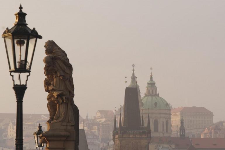 Un garçon tchèque de 15 ans a survécu vendredi 4 décembre à une chute du 19e étage d'un immeuble à Prague