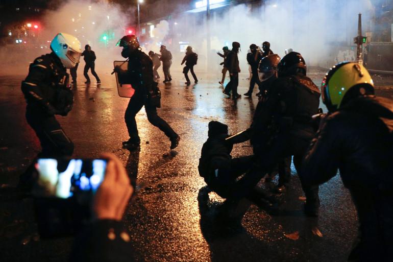 """Des heurts ont eu lieu lors de la manifestation parisienne contre la loi """"sécurité globale"""" samedi 5 décembre 2020"""