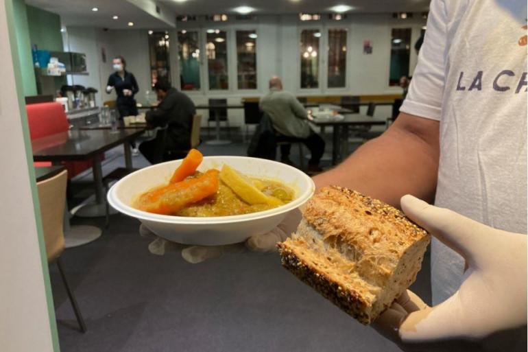 La mairie de Paris distribue chaque soir 200 repas à des SDF dans sa propre cantine.