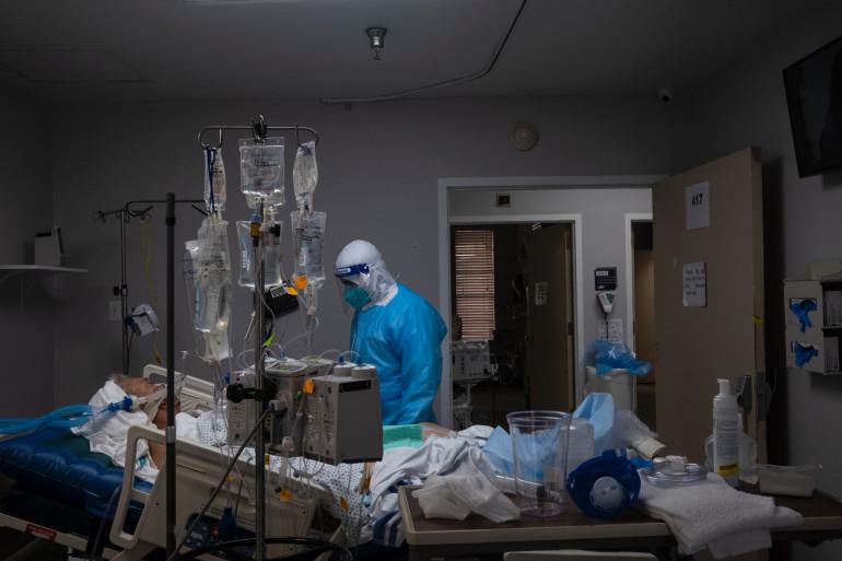 Un membre du personnel médical traitant un patient souffrant de la Covid-19 (Illustration)