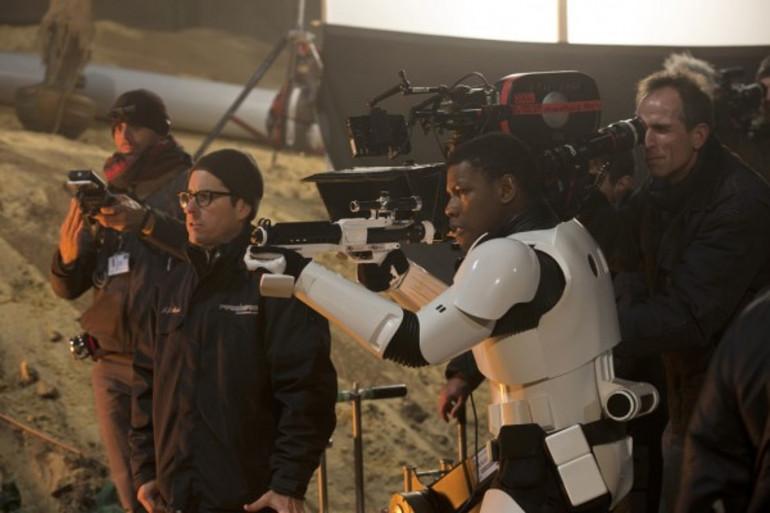 """J.J. Abrams livre les secrets de fabrication de """"Star Wars 7"""" dans un documentaire figurant sur le DVD et le Blu-Ray"""