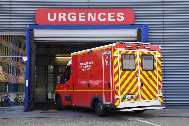 Une ambulance entre aux urgences.