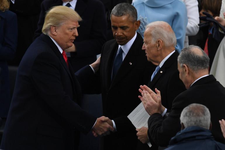 Le président élu Donald Trump, le président Barack Obama et Joe Biden, alors vice-président, lors de la cérémonie de prestation de serment devant le Capitole à Washington le 20 janvier 2017.