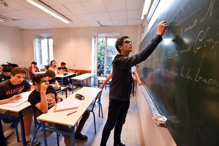Un élève en classe de mathématiques (illustration)