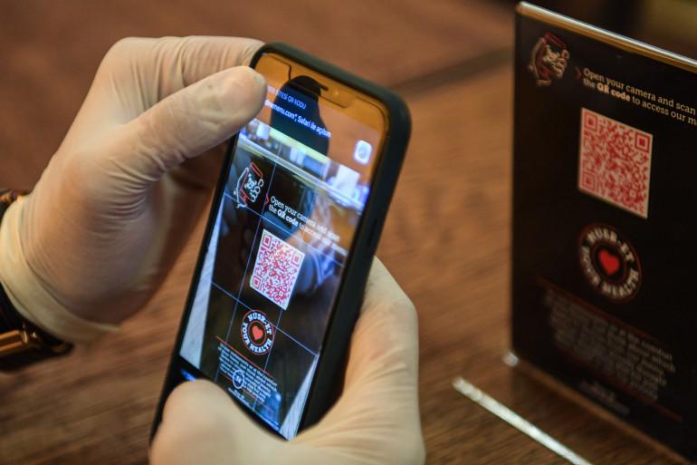 De nombreux restaurants proposent de flasher un QR code pour accéder à une version numérique de leur menu