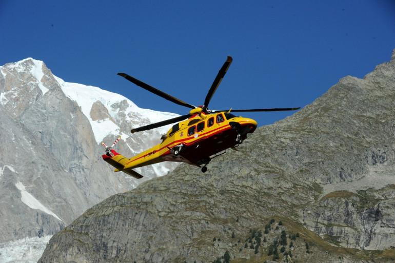 Un hélicoptère de secours en montagne (illustration)