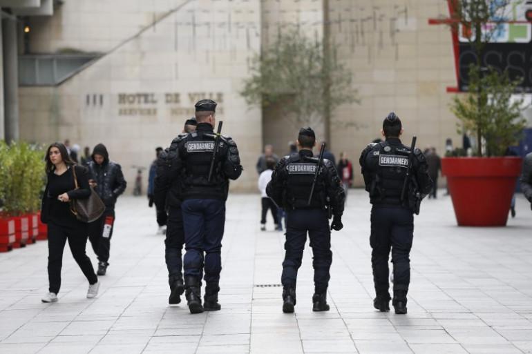 Des policiers patrouillent à Saint-Denis près de l'hôtel de ville (photo d'illustration).