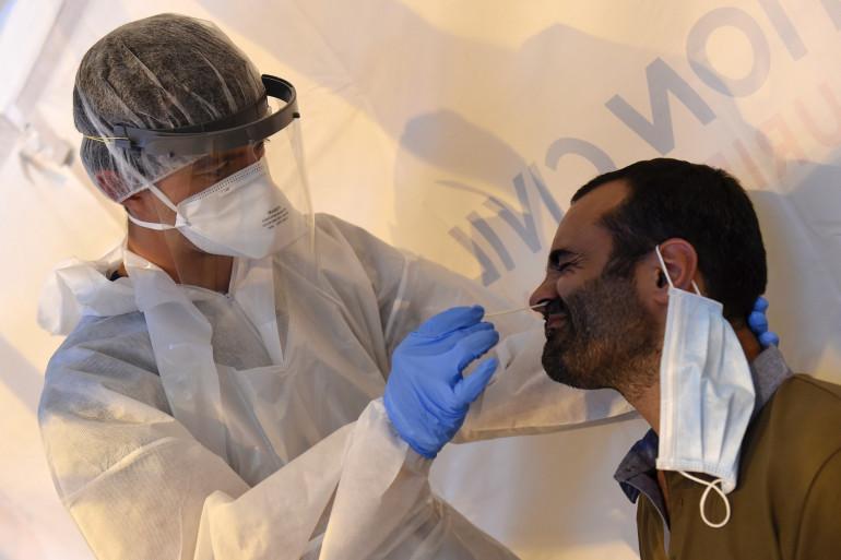Un homme fait un test PCR de détection du coronavirus à Laval