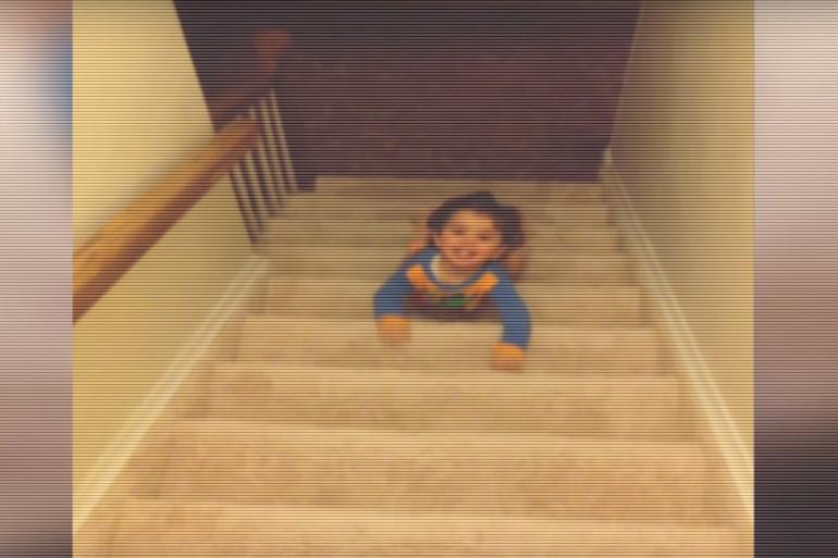VIDÉO - Ce bébé a une technique impressionnante pour descendre les escaliers