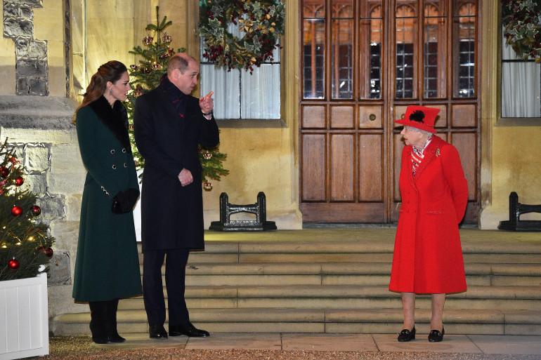 La Reine avec son petit-fils, le Prince William, et son épouse, la Duchesse de Cambridge.