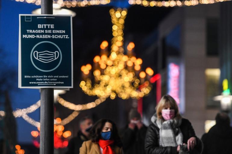 Des passants qui portent un masque à Essen en Allemagne pendant la crise du coronavirus, le 9 décembre 2020.
