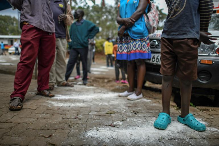 Une file d'attente pour se faire dépister dans un bidonville de Nairobi, au Kenya, le 18 octobre 2020