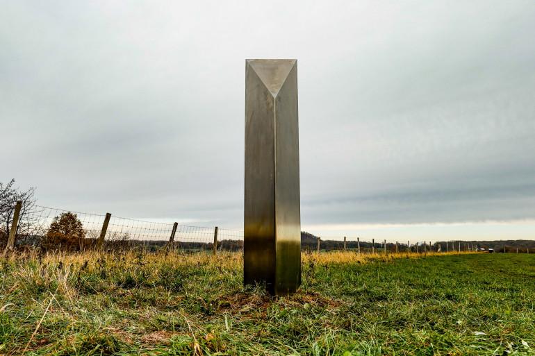 Un monolithe argenté a été découvert à Riemst, en Belgique, le jeudi 10 décembre 2020.