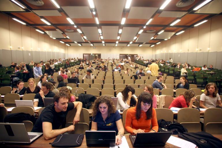 Une classe dans une université (illustration).
