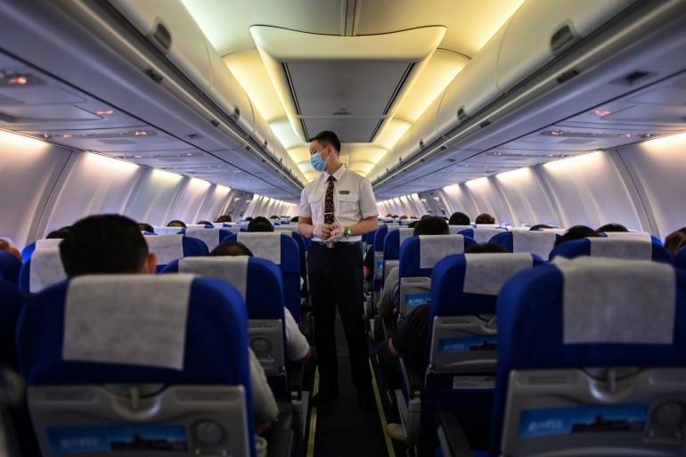 Un steward chinois dans un vol entre Shanghai et Wuhan, le 14 juillet 2020
