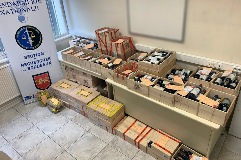Les forces de l'ordre ont saisi plus de 900 bouteilles de vins grands crus lors d'un vaste coup de filet, le mardi 8 décembre 2020.