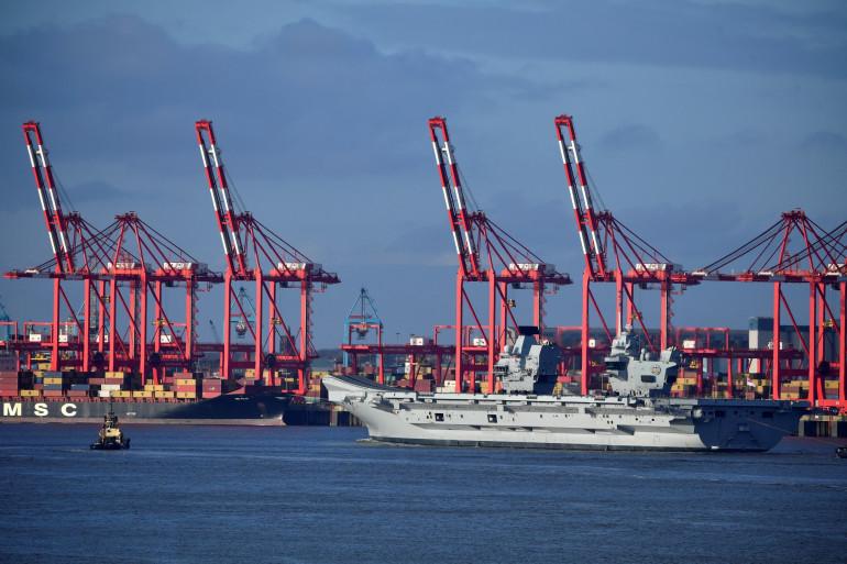 Le HMS Prince of Wales de la Royal Navy britannique quitte les quais de Liverpool, dans le nord-ouest de l'Angleterre, le 6 mars 2020.