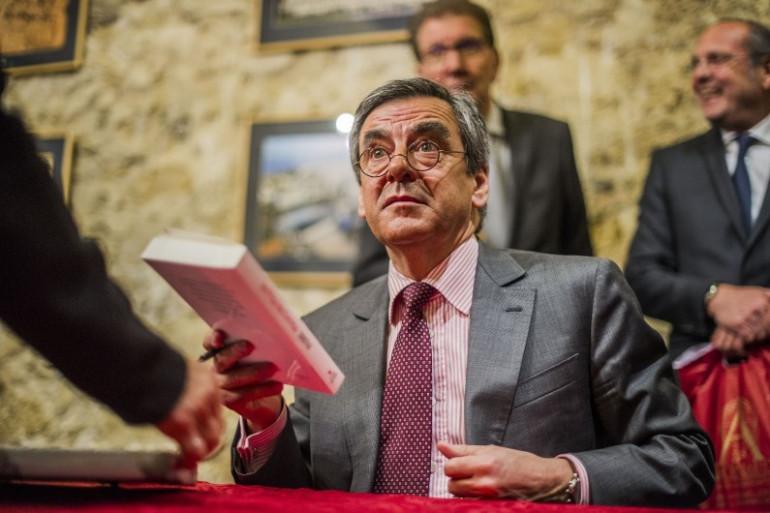 """François Fillon en séance de dédicace de son livre """"Faire"""" à Marseille, le 10 mars 2016"""