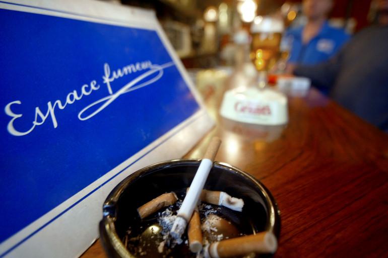 Un coin fumeur dans un bar (illustration)