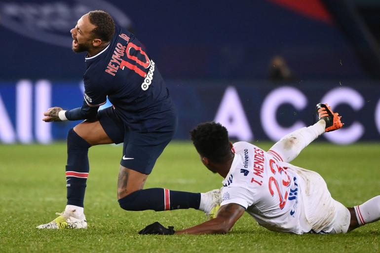 Neymar au duel avec le Lyonnais Tiago Mendes le 13 décembre 2020
