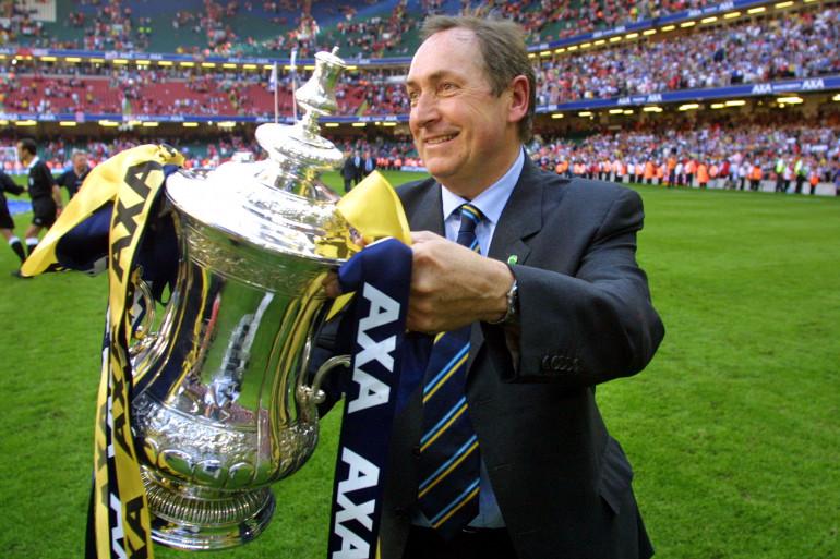 Gérard Houllier soulève la FA Cup comme entraîneur de Liverpool après une victoire face à Arsenal, le 12 mai 2001.
