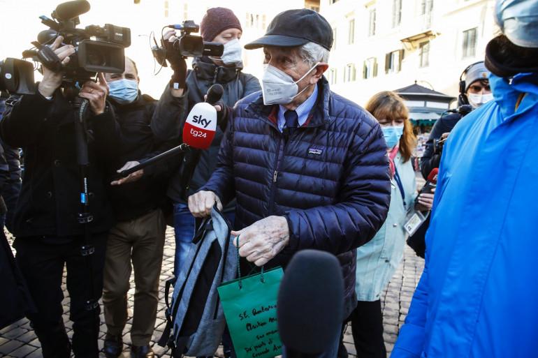 Corrado Augias devant l'ambassade française à Rome le 14 décembre 2020