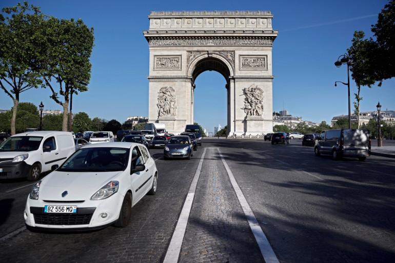 Deux malfaiteurs ont braqué une bijouterie en plein jour à Paris lundi 14 décembre.