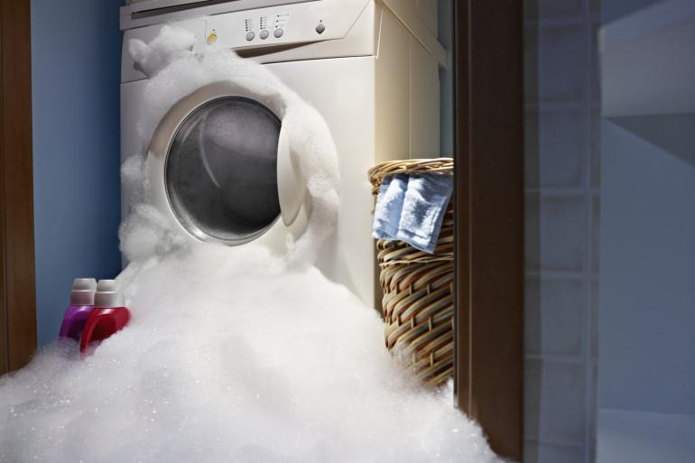 Un lave-linge qui fuit (illustration)