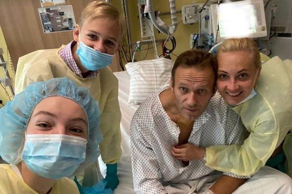 Le 20 août, l'opposant russe Alexeï Navalny (ici le 15 septembre) est hospitalisé après un malaise. Il est soigné en urgence à Berlin. Des tests montrent qu'il a été empoisonné par un agent neurotoxique de type Novitchok, conçu par les soviétiques.