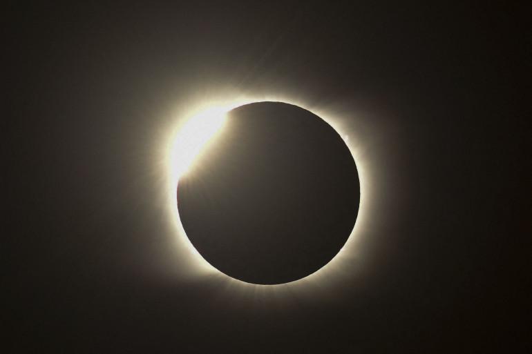 """L'effet """"bague en diamant"""", observée quelques secondes lors de l'éclipse lunaire totale, en Argentine, le 14 décembre 2020."""