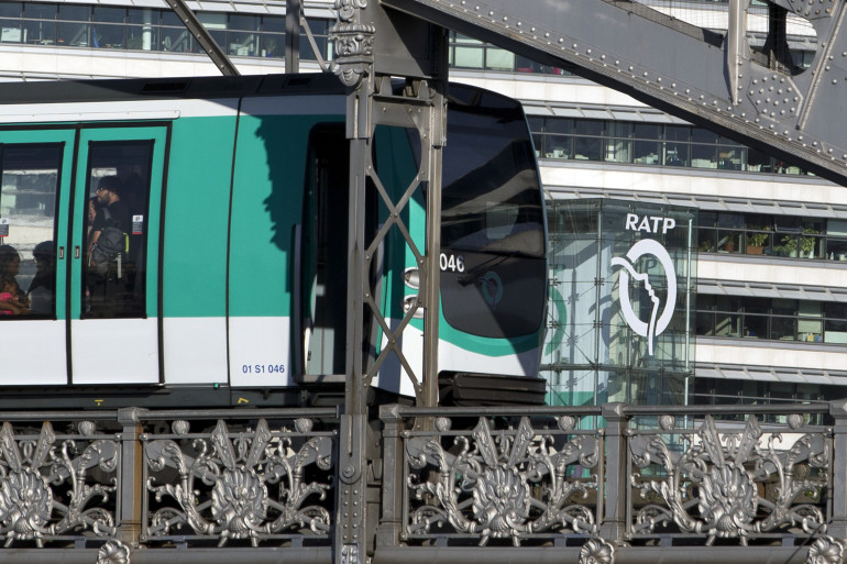 Le métro de la ligne 5 devant le siège de la RATP, à Paris le 5 août 2015