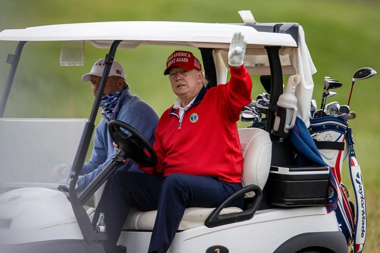 Le 7 novembre, après quatre jours d'attente, Joe Biden remporte la présidentielle américaine. Donald Trump (ici le 27 novembre) joue au golf à l'annonce des résultats. Sans preuve, il crie à la fraude et refuse de reconnaître sa défaite.