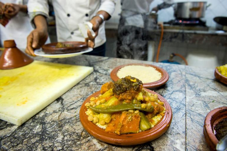 Un chef marocain prépare un couscous