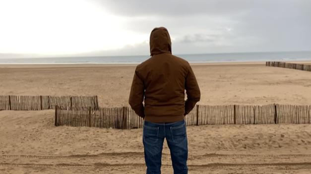 Un Iranien devant la plage de Calais qui a tenté 6 fois la traversée de la Manche sans y arriver.