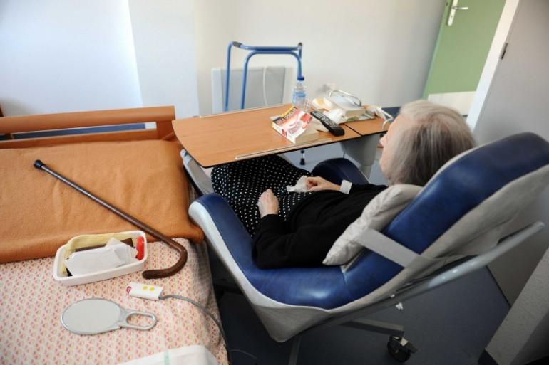 Une personne âgée hospitalisée dans un service de long séjour