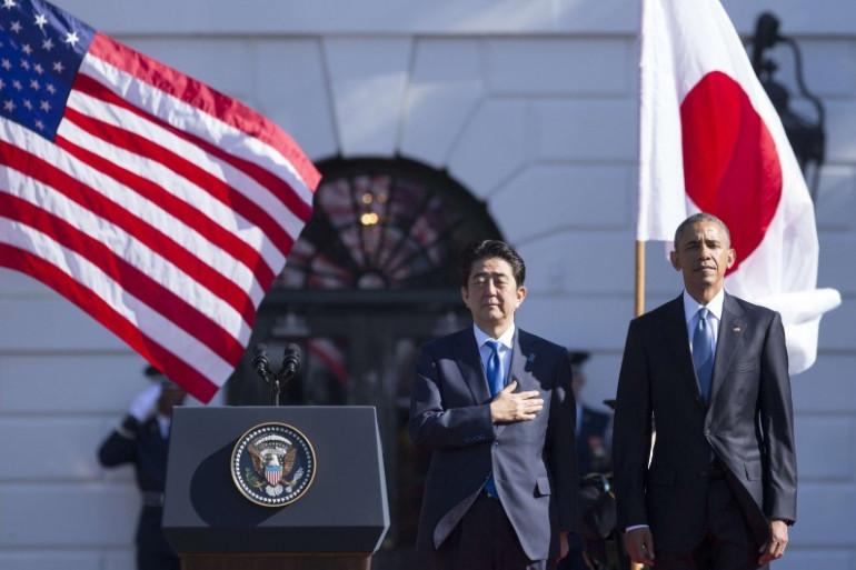 Le Premier ministre japonais Shinzo Abe accueilli par Barack Obama à la Maison Blanche, le 28 avril 2015