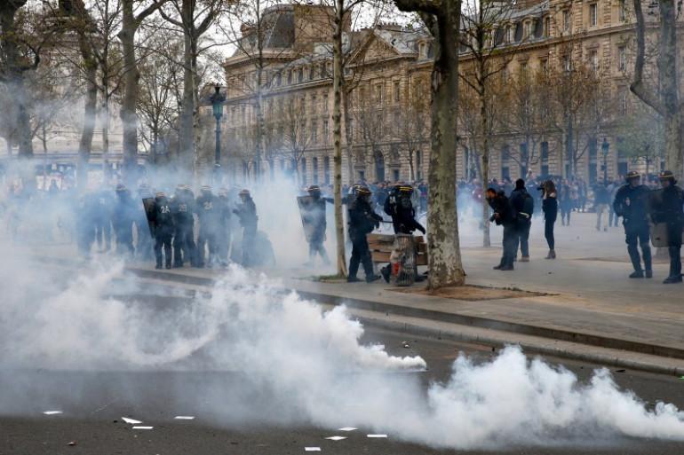 Des policiers dispersent des manifestants avec du gaz.