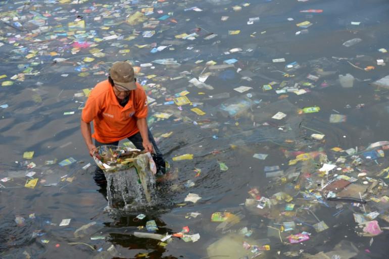 Les déchets en plastique polluent les eaux