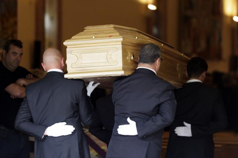 Des employés des pompes funèbres en France, en juin 2012 (photo d'illustration).