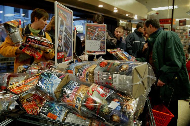 Des personnes se ruent vers les pétards dans les magasins. (Illustration)