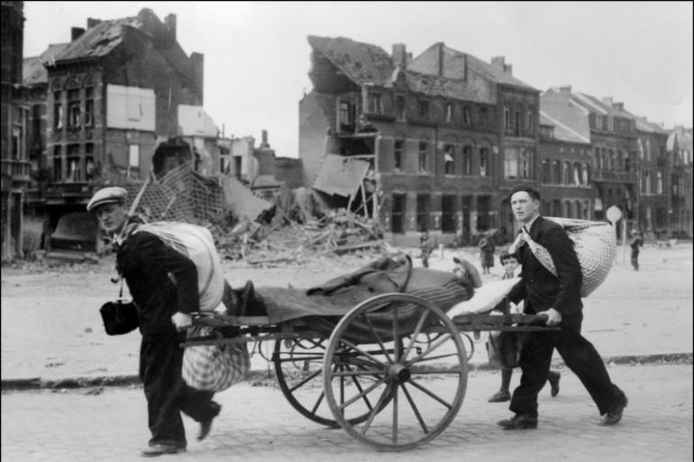 Des civils fuyants les bombardements durant la Seconde guerre mondial