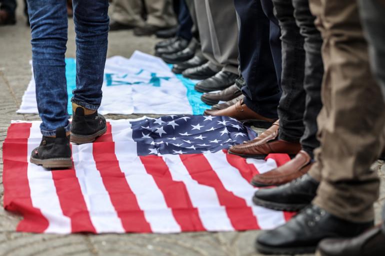 Les drapeaux américain et israélien piétinés samedi 4 janvier à Bagdad