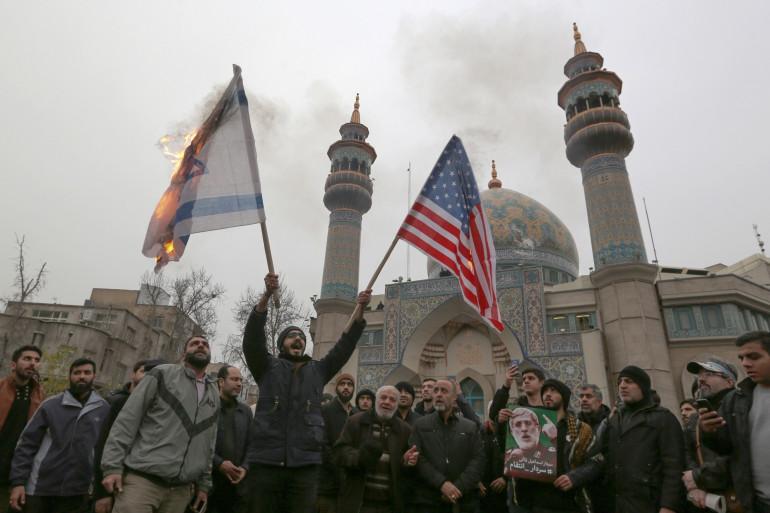 Des Iraniens brûlant les drapeaux israélien et américain le 4 janvier 2020 à Téhéran