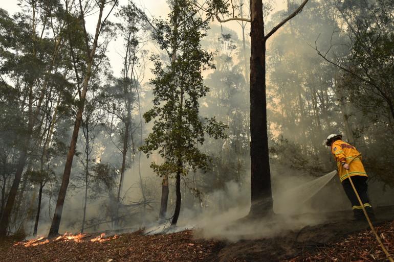 Un pompier en train d'éteindre le feu en Australie en janvier 2020