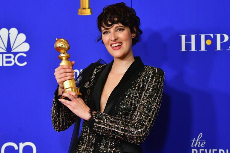 Phoebe Waller-Bridge avec son prix de la Meilleure actrice dans une série comique